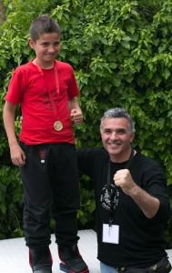 1. Ο χρυσός Πανελληνιονίκης στο Κουνγκ Φου Μανόλης Μαρής στην κατηγορία 10-11 ετών του Α.Σ. ΚΑΛΛΙΡΡΟΟΝ